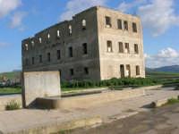 fontana e ciò che resta di un edificio nei pressi della vecchia stazione ferroviaria in disuso - 9 marzo 2008   - Sambuca di sicilia (2021 clic)