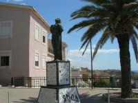 la statua nei giardini pubblici - 7 settembre 2007  - Realmonte (1479 clic)