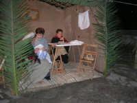 Presepe Vivente presso l'Istituto Comprensivo A. Manzoni, animato da alunni della scuola e da anziani del paese - le ricamatrici - 20 dicembre 2007   - Buseto palizzolo (1024 clic)