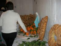 Gli altari di San Giuseppe: arance e pani da donare ai visitatori - 18 marzo 2006  - Balestrate (2679 clic)