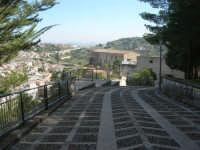 la strada acciottolata che porta ai ruderi del Castello Eufemio sulla rupe - 4 ottobre 2007  - Calatafimi segesta (878 clic)