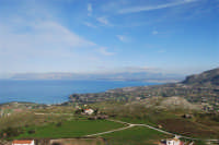 Uno sguardo dall'alto sulla Baia di Guidaloca ed il golfo di Castellammare - 21 febbraio 2009  - Castellammare del golfo (1200 clic)