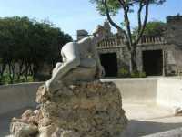 fontana (senza acqua!) con scultura - 22 maggio 2009  - Erice (2446 clic)