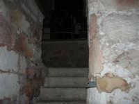 All'interno della Chiesa di San Vito: la scala che porta alla cripta del Santo - 28 settembre 2007   - San vito lo capo (660 clic)