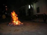 Gli altari di San Giuseppe: falò nella strada ne segnala la presenza - 18 marzo 2006  - Balestrate (2089 clic)