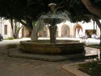ex Quartiere Spagnolo, attuale sede del Palazzo del Comune: la fontana al centro dell'atrio - 24 settembre 2007  - Marsala (1499 clic)