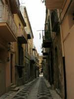 Per le vie di Alcamo: via XI Febbraio - 25 aprile 2005  - Alcamo (1744 clic)
