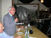 presso il ristorante Gulliver, tiene il suo discorso Mario Infantino in occasione della cena a base di pizza dei dipendenti Enel, con relative famiglie, (un simpatico incontro tra le vecchie e le nuove generazioni: dall'Officina Elettrica all'Enel che non c'è più). Sullo sfondo il gruppo GMF - 6 ottobre 2006  - Alcamo (2413 clic)
