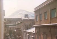 Eccezionale nevicata - Via G. Amendola, Chiesa di Sant'Oliva e monte Bonifato - 1982  - Alcamo (1380 clic)