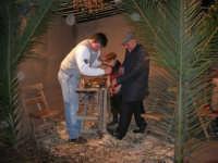 Presepe Vivente presso l'Istituto Comprensivo A. Manzoni, animato da alunni della scuola e da anziani del paese - il falegname - 20 dicembre 2007   - Buseto palizzolo (1029 clic)