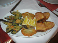 antipasto: cozze ripiene, frittelle di neonata e bruschette - Ristorante La Perla - 27 gennaio 2008  - Marausa lido (4161 clic)
