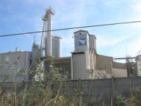 SICILGESSO, in contrada Fegotto, lo stabilimento nei pressi della stazione ferroviaria di Alcamo Diramazione - 4 ottobre 2007  - Alcamo (1439 clic)