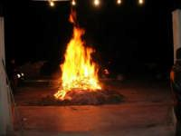 Gli altari di San Giuseppe: falò nella strada ne segnala la vicinanza - 18 marzo 2006  - Balestrate (2490 clic)