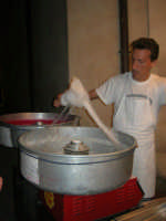 festeggiamenti in onore di Maria Santissima dei Miracoli, Patrona di Alcamo - lo zucchero filato presso le bancarelle in via Mazzini - 21 giugno 2007  - Alcamo (1305 clic)