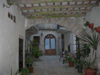 un cortile - 6 luglio 2007  - Erice (1035 clic)