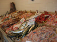 Pescheria Randazzo in via Guglielmo Marconi: il banco del pesce - 21 luglio 2007   - Castellammare del golfo (5279 clic)
