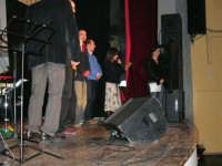 Rassegna musicale giovani autori Omaggio a De André: KAIORDA di Palermo e MARCOSBANDA di Roma salutano alla fine dello spettacolo - Valentina Artale (Presidente dell'associazione per l'arte e la cultura ALMAREI), che ha curato l'organizzazione, ringrazia  - Teatro Cielo d'Alcamo - 11 febbraio 2006   - Alcamo (1488 clic)