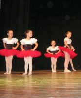 presso il Teatro Cielo d'Alcamo, il Saggio di danza, diretto da Rosanna Stabile - ARTE LIBERA - I Colori del mondo: LA PACE (foto 2)- 16 GIUGNO 2007  - Alcamo (1126 clic)