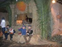 Presepe Vivente presso l'Istituto Comprensivo A. Manzoni, animato da alunni della scuola e da anziani del paese - dinanzi la grotta della natività - 20 dicembre 2007   - Buseto palizzolo (818 clic)