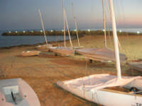 si fa sera: le luci si accendono - dalla spiaggia la passeggiata sul mare - 1 agosto 2007  - Marinella di selinunte (3035 clic)