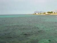 mare e costa - all'orizzonte l'Isola delle Femmine - 1 giugno 2008   - Cinisi (1970 clic)