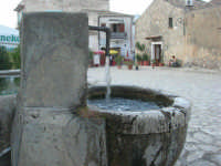 la fontana nella piazzetta - 8 maggio 2007  - Scopello (843 clic)