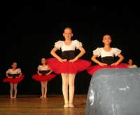 presso il Teatro Cielo d'Alcamo, il Saggio di danza, diretto da Rosanna Stabile - ARTE LIBERA - I Colori del mondo: LA PACE (foto 3)- 16 GIUGNO 2007  - Alcamo (1062 clic)