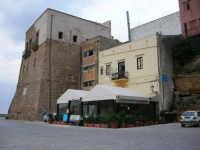 al porto: Castello e Ristorante L'Approdo - 20 aprile 2007  - Castellammare del golfo (927 clic)