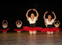 presso il Teatro Cielo d'Alcamo, il Saggio di danza, diretto da Rosanna Stabile - ARTE LIBERA - I Colori del mondo: LA PACE (foto 4)- 16 GIUGNO 2007  - Alcamo (1056 clic)