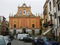 una Chiesa domina sulla piazza - 1 giugno 2007  - Montelepre (1744 clic)