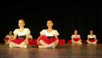 presso il Teatro Cielo d'Alcamo, il Saggio di danza, diretto da Rosanna Stabile - ARTE LIBERA - I Colori del mondo: LA PACE (foto 5)- 16 GIUGNO 2007  - Alcamo (1080 clic)