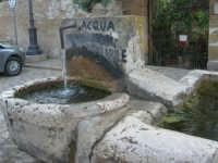 la fontana nella piazzetta - 8 maggio 2007  - Scopello (940 clic)