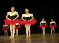 presso il Teatro Cielo d'Alcamo, il Saggio di danza, diretto da Rosanna Stabile - ARTE LIBERA - I Colori del mondo: LA PACE (foto 6)- 16 GIUGNO 2007  - Alcamo (1097 clic)