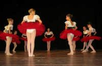 presso il Teatro Cielo d'Alcamo, il Saggio di danza, diretto da Rosanna Stabile - ARTE LIBERA - I Colori del mondo: LA PACE (foto 7)- 16 GIUGNO 2007  - Alcamo (1041 clic)