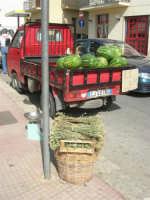 sulla cesta mazzi di origano e sul furgoncino meloni (cocomeri) - 21 luglio 2007   - Castellammare del golfo (2017 clic)