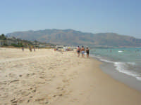 spiaggia zona Casello, mare e monti di Castellammare (3) - 28 agosto 2007      - Alcamo marina (1327 clic)