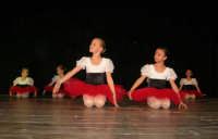 presso il Teatro Cielo d'Alcamo, il Saggio di danza, diretto da Rosanna Stabile - ARTE LIBERA - I Colori del mondo: LA PACE (foto 9)- 16 GIUGNO 2007  - Alcamo (1071 clic)