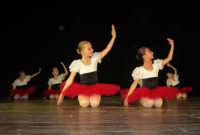 presso il Teatro Cielo d'Alcamo, il Saggio di danza, diretto da Rosanna Stabile - ARTE LIBERA - I Colori del mondo: LA PACE (foto 10)- 16 GIUGNO 2007  - Alcamo (1062 clic)