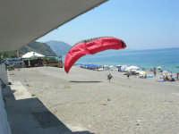 Villaggio Turistico Capo Calavà: parapendio - 23 luglio 2006  - Gioiosa marea (2309 clic)