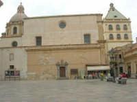 Piazza della Repubblica - Cupola della Chiesa di San Giuseppe e Torre del Complesso di San Pietro  - 24 settembre 2007  - Marsala (1174 clic)