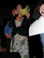 Rassegna musicale giovani autori Omaggio a De André: KAIORDA di Palermo e MARCOSBANDA di Roma salutano alla fine dello spettacolo - Valentina Artale (Presidente dell'associazione per l'arte e la cultura ALMAREI), che ha curato l'organizzazione, ringrazia  - Teatro Cielo d'Alcamo - 11 febbraio 2006    - Alcamo (1305 clic)