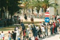 Festeggiamenti in onore di Maria Santissima dei Miracoli, Patrona di Alcamo - Il Palio - Viale Italia (alla rotonda) - 19 giugno 2002  - Alcamo (1763 clic)