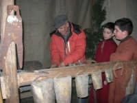 Presepe Vivente animato da alunni dell'Istituto Comprensivo G. Pascoli, con la partecipazione di un fabbro (90) - 22 dicembre 2007   - Castellammare del golfo (727 clic)