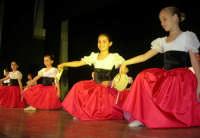 presso il Teatro Cielo d'Alcamo, il Saggio di danza, diretto da Rosanna Stabile - ARTE LIBERA - I Colori del mondo: LA PACE (foto 14)- 16 GIUGNO 2007  - Alcamo (955 clic)