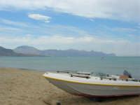 Barca sulla spiaggia - 28 agosto 2005  - Alcamo marina (1650 clic)