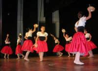 presso il Teatro Cielo d'Alcamo, il Saggio di danza, diretto da Rosanna Stabile - ARTE LIBERA - I Colori del mondo: LA PACE (foto 16)- 16 GIUGNO 2007  - Alcamo (1052 clic)