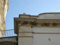 rondini ed i loro nidi sotto al cornicione della Chiesa Maria SS. Del Lume - 23 aprile 2006   - Palazzo adriano (2236 clic)