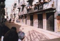 Festeggiamenti in onore di Maria Santissima dei Miracoli - Corse dei cavalli: corso VI Aprile (Corso Stretto) - giugno 1982  - Alcamo (1730 clic)