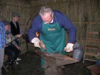 Presepe Vivente presso l'Istituto Comprensivo A. Manzoni, animato da alunni della scuola e da anziani del paese - il fabbro, che batte il martello sull'incudine - 20 dicembre 2007   - Buseto palizzolo (1165 clic)