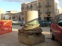 In piazza Alicia, dinanzi al Castello arabo normanno - 11 ottobre 2007  - Salemi (2855 clic)